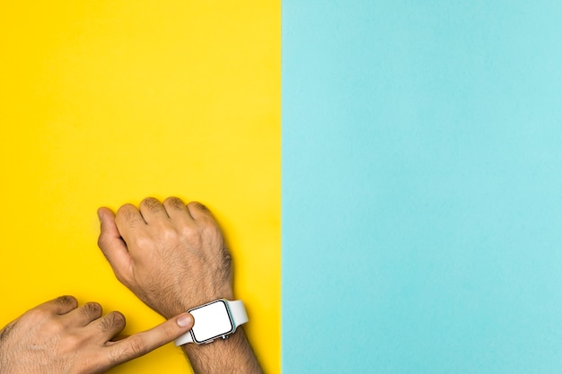 Вид сверху макет smartwach на руке человека