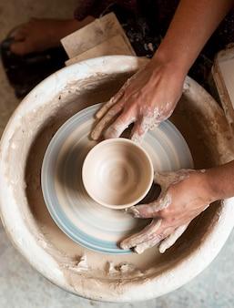 Лепка из глины на гончарном круге, вид сверху