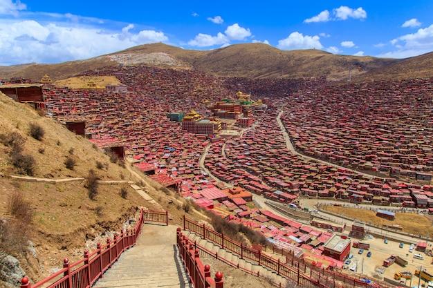 Вид сверху монастырь в ларунг гар (буддийская академия) в солнечный день голубое небо, сычуань, китай