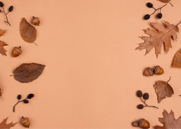 Vista dall'alto di foglie monocromatiche con copia spazio