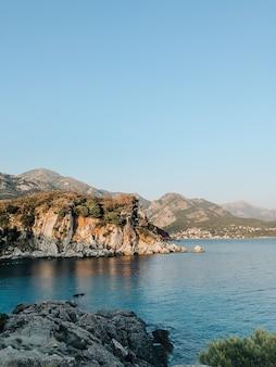 トップビューモンテネグロストモアストーンズビーチブルーターコイズアドリア海の夕日の山々