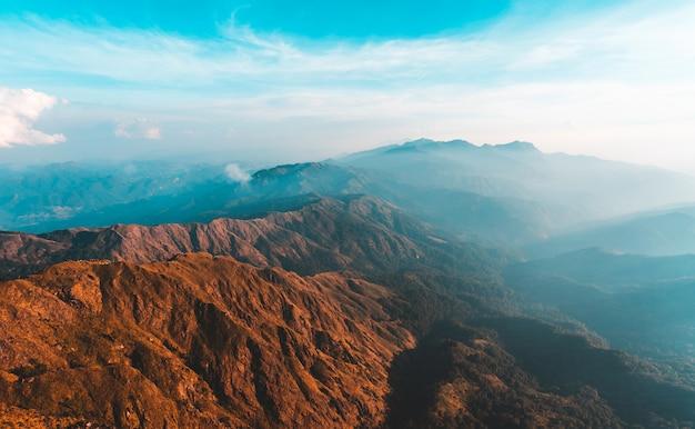 Вид сверху мулайт таунг золотой свет утреннего солнца и тумана на горе мулайит, мьянма