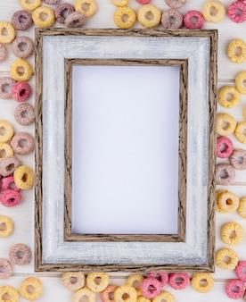 Vista dall'alto di cereali multicolori e sani con cornice