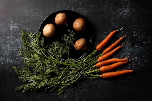 Вид сверху грибы и морковь