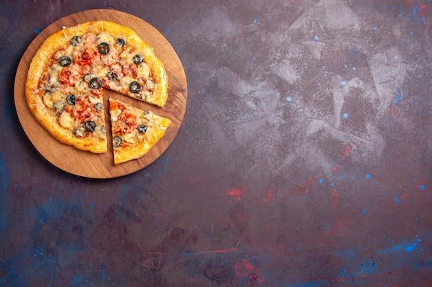 Вид сверху грибной пиццы нарезанное приготовленное тесто с сыром и оливками на темной поверхности пицца еда итальянское тесто для еды