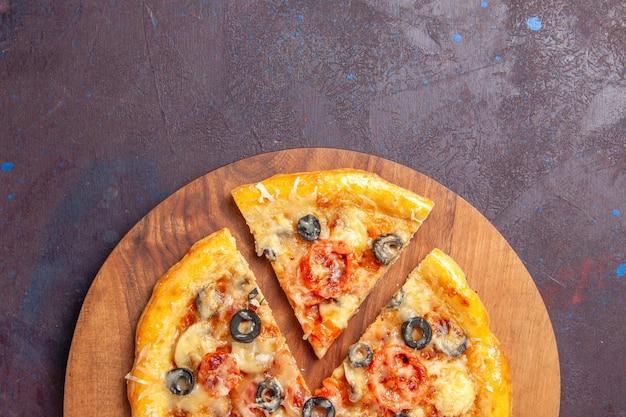 Вид сверху грибной пиццы нарезанное приготовленное тесто с сыром и оливками на темном столе еда итальянская еда тесто для пиццы
