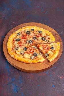 上面図マッシュルームピザスライスした調理済み生地とチーズとオリーブの暗い表面の食品イタリアンピザ焼きペストリー生地ミール
