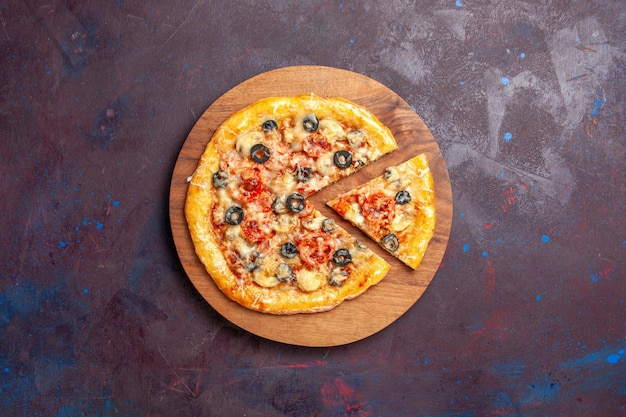 上面図キノコピザスライスした調理済み生地とチーズとオリーブの暗い表面のピザ食品イタリア料理生地
