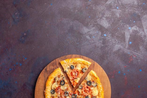 上面図マッシュルームピザスライスした調理済み生地とチーズとオリーブの暗い表面の食品イタリア料理ピザ生地