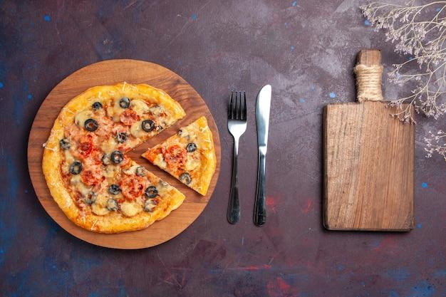 上面図マッシュルームピザスライスした調理済み生地とチーズとオリーブの暗い表面の食品イタリアンピザ焼き生地ミール