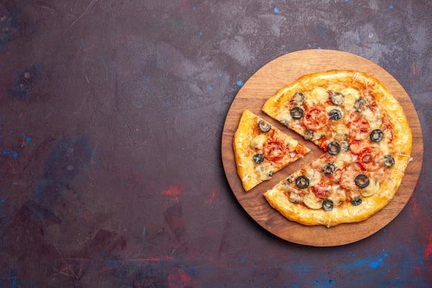 Vista dall'alto pizza ai funghi affettata pasta cotta con formaggio e olive sulla superficie scura cibo italiano pasta per pizza