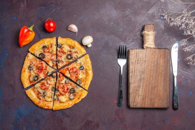 Вид сверху грибной пиццы, нарезанной сыром и оливками на темном столе, еда, итальянская пицца, выпечка, тесто