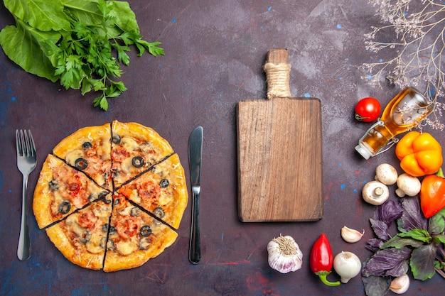 ダークデスクでチーズとオリーブでスライスした上面図のキノコピザイタリアンベイク生地ミールフードピザ