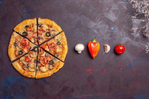 Вид сверху грибной пиццы, нарезанной сыром и оливками на темной поверхности еда итальянская пицца выпечка теста мука