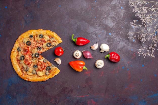 暗い表面の食品イタリアンピザ焼き生地ミールにチーズとオリーブを添えた上面図キノコピザ