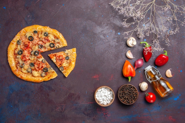 ダークデスクフードイタリアンピザ焼き生地ミールにチーズとオリーブを添えたトップビューマッシュルームピザ