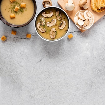 トップビューマッシュルームスープとクルトン