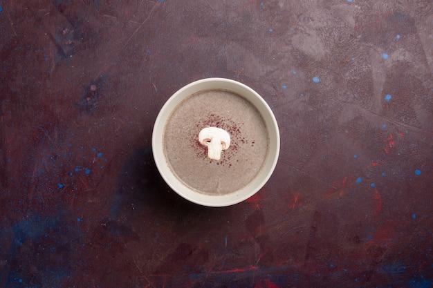 어두운 공간에 접시 안에 상위 뷰 버섯 수프