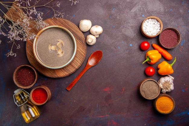暗い空間にさまざまな調味料を加えた上面図のキノコのスープ