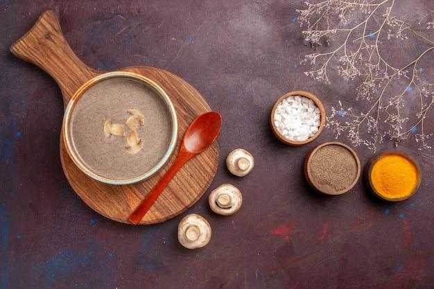 Грибной суп с приправами на темном пространстве, вид сверху