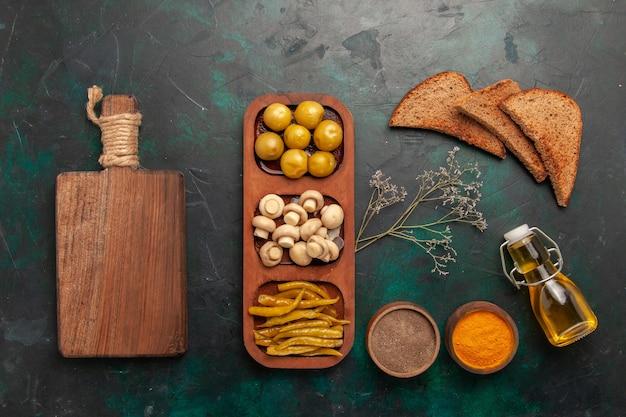 上面図キノコとオリーブ、調味料とパンの塊、緑の表面の材料製品ミールフード