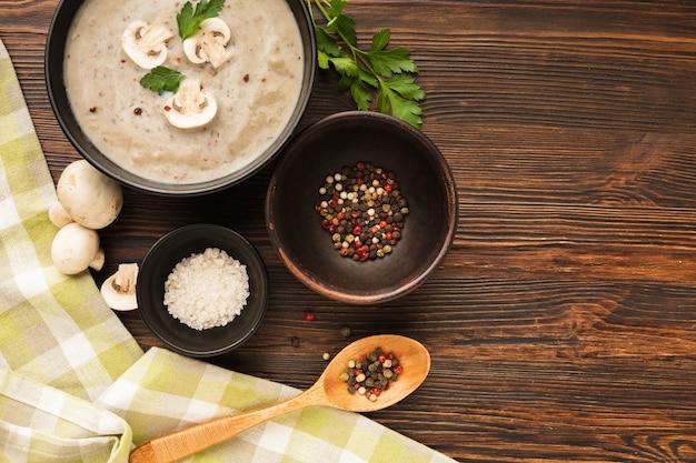 トップビューキノコビスク調味料とスプーン