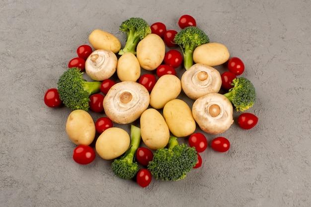 Вид сверху грибы брокколи картофель свежий спелый на сером