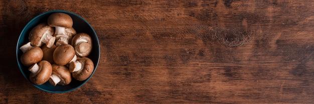 Вид сверху грибы в миске с копией пространства