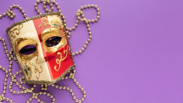 Вид сверху загадочный карнавал элегантная маска копией пространства