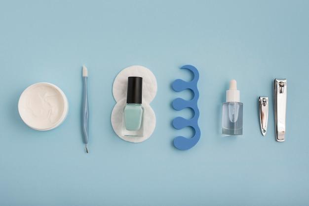 Расположение предметов для ухода за ногтями, вид сверху