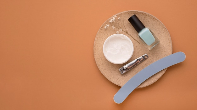 Disposizione dei prodotti per la cura delle unghie vista dall'alto