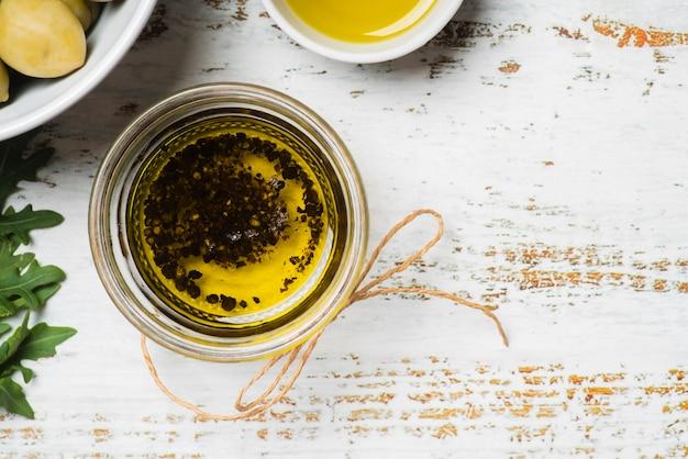 Vista dall'alto olio d'oliva naturale in una ciotola
