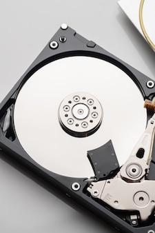 Вид сверху новый диск на белой поверхности