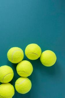 Vista dall'alto di nuove palline da tennis con copia spazio