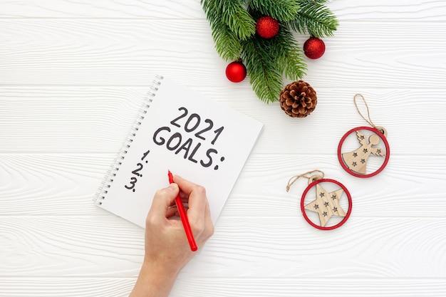 Список новогодних целей на столе