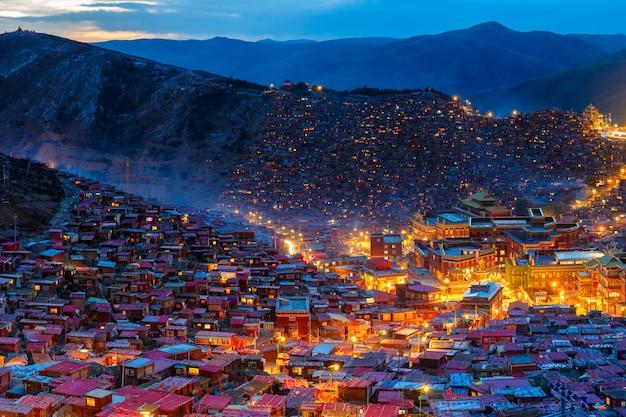 Вид сверху ночная сцена в larung gar (буддийская академия) в сычуань, китай