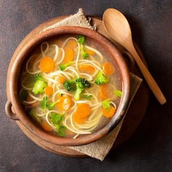 Вид сверху суп с лапшой для зимних блюд в миске