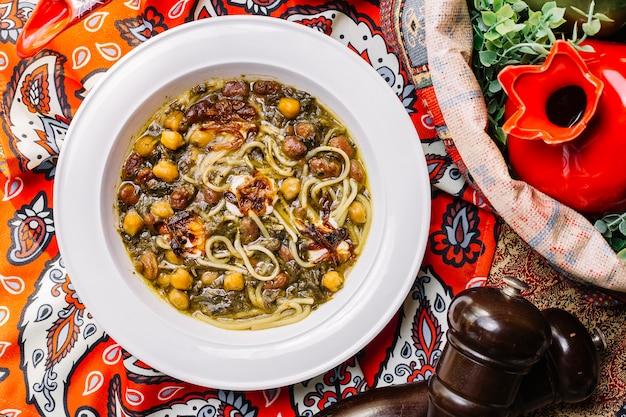 Вид сверху суп с лапшой и горохом