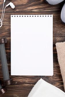 木製の背景上の平面図ノート