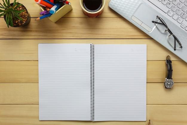상위 뷰 노트북, 연필, 블랙 커피, 선인장, 시계, 참고 papper, 문구, 사무실 책상 배경에 펜.