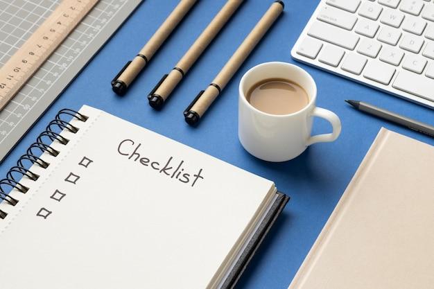 Notebook vista dall'alto con lista di controllo sulla scrivania