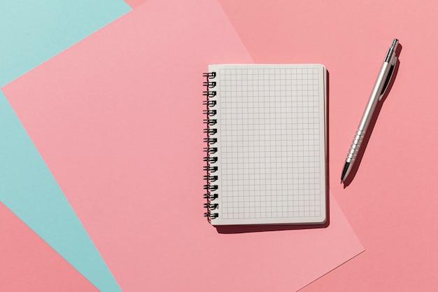 Блокнот с ручкой сверху