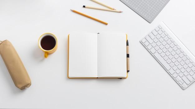 책상에 할 일 목록이있는 상위 뷰 노트북