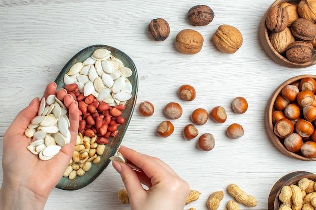 흰색 테이블 사진 너트 피스타치오 스낵 공장에 상위 뷰 너트 구성 땅콩 씨앗 헤이즐넛과 호두
