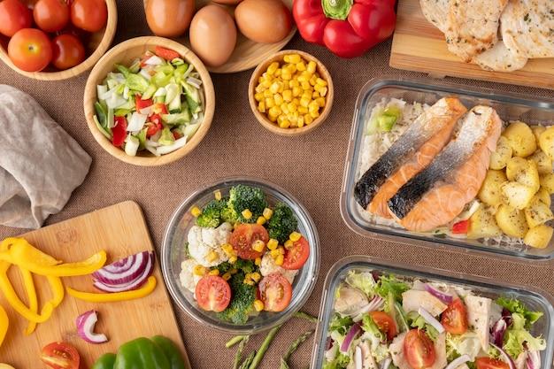 Vista dall'alto sulla nutrizione alimentare e sulla pianificazione dei pasti