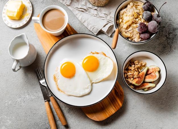 Вид сверху питательный состав еды для завтрака