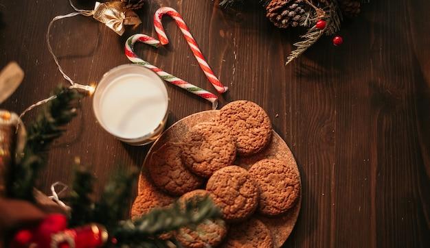 새해 테이블에 우유와 함께 상위 뷰 오트밀 쿠키
