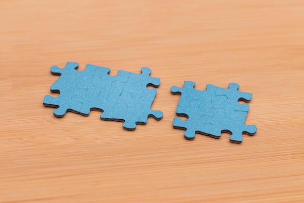 Вид сверху на голубые миры головоломки лежат на деревянном столе