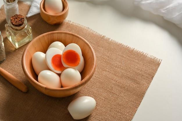 朝食のテーブル、ヒースイー朝食の食事のプレースマットにゆで卵のボウルの上面図