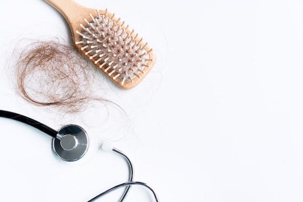 잃어버린 머리카락이있는 브러시의 상위 뷰, 머리카락이 매일 심각한 문제가됩니다.